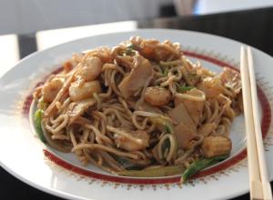 Chow mein noodles cu creveti